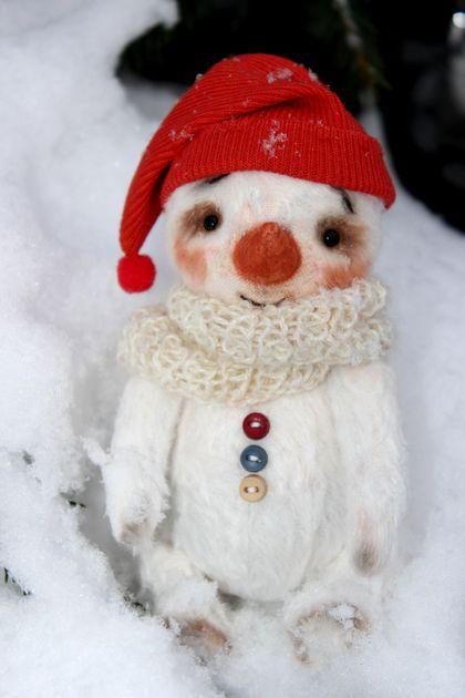 Купить или заказать Снеговик тедди-снеговик в интернет-магазине на Ярмарке Мастеров. Веселый снеговик сшит из вискозы, тонирована пастелью. Наполнитель - опилки и стеклянный гранулят. Стеклянные глазки. Выкройка Н. Суворовой. Шплинтовые крепления ручки лапки и голова поворачиваются.