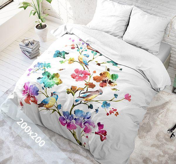 Sleeptime Pure Cotton dekbedovertrek 'Valeria'. Een 200x200 cm (Duitse maat) dekbedovertrek van 100% katoen met als basis een witte achtergrond. Daarop zijn verschillende grote bloemen gedrukt in alle prachtige kleuren van de regenboog.