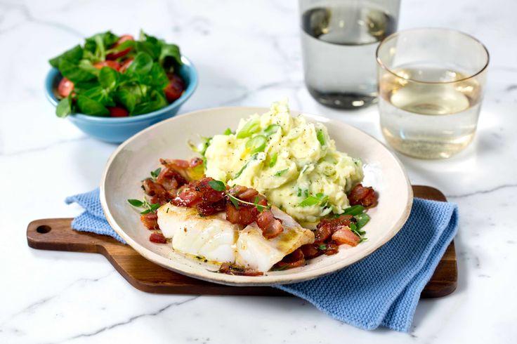 """Torsk og bacon er en god kombinasjon og med potetmos med vårløk, som irske """"champ-poteter"""" vi serverer her er, kan du virkelig glede deg til…"""
