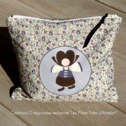Nouveauté et exclusivité Les P'tites Folies d'Amélie! Trousse en coton motif petites fleurs entièrement doublée et agrémentée d'un dessin de personnage en costume : une jolie Alsacienne !