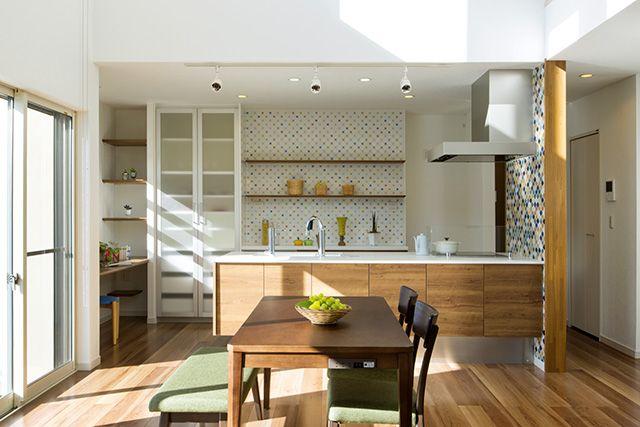 キッチンは奥様に大人気のフラットアイランドスタイル。|キッチン|アイランド|インテリア|カウンター|タイル|モダン|ダイニング|おしゃれ|壁面収納|ウッド|リビング|かわいい|