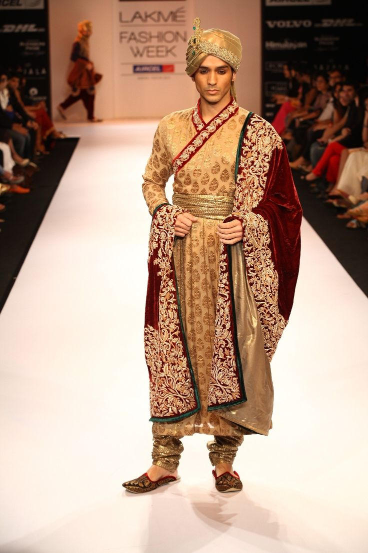 Maybe this is closer to Mayor Hunter's maharaja costume for the wedding at City Hall. Definitely a Bollywood getup.