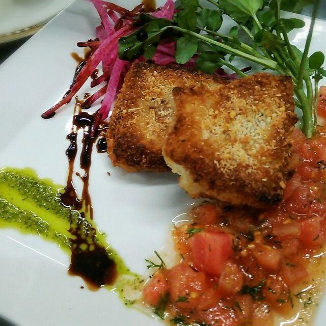 フレッシュトマトとディル(フェンネルのほうがいんぱくとがあっていいんだけど)ニンニク、エキストラヴァージンオイル等で作った冷製のソースで熱々のチーズ風味の魚のカツレツをいただきます。以外とバジルと柚子胡椒をブレンドしたソースがいいアクセントに(笑) - 80件のもぐもぐ - ケッカソースのケッカ(checca)って、おかまって意味もあるらしいけど………(笑)白身魚のコトレッタ~ケッカソース~ by samzsr400kai