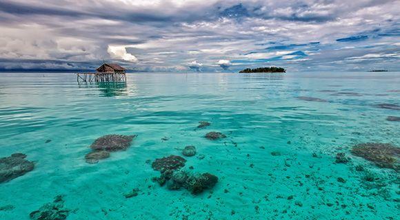 Het water rondom de Raja Ampat-eilanden
