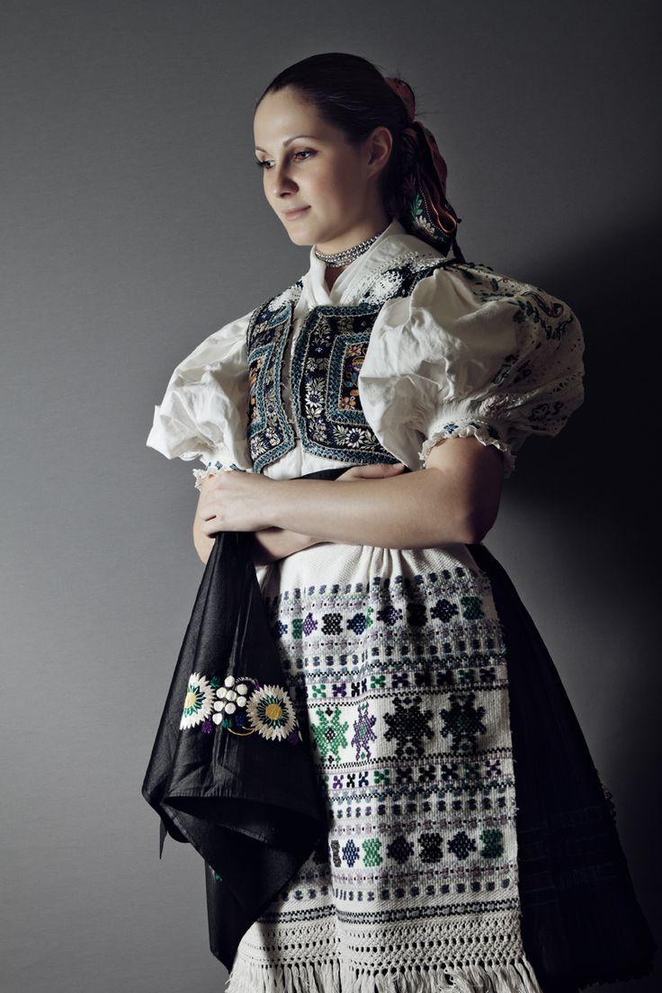 Slovak-folk-costumes: Ábelová, Slovensko/SLOVAKIA photo Julián Veverica