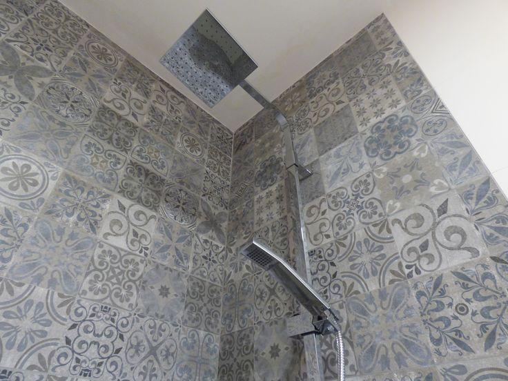 Detalle ducha. Revestimientos con baldosas hidráulicas.