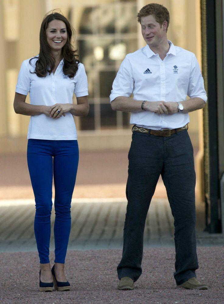 William & Catherine et Harry accueillent la flamme olympique _ Suite