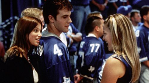 a review of the movie varsity blues Review: 'varsity blues' a colossal fumble web posted on: monday, january 18, 1999 2:19:46 pm est from reviewer paul tatara (cnn) -- having grown up in a small town in alabama, i think i can.