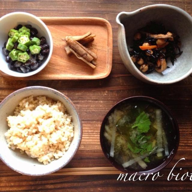最近お気に入りの黒豆納豆にオクラを載せて。 ひよこ豆たっぷりのひじき煮。 生わかめのお味噌汁。 8時間煮込んだコボウの梅煮はとっても柔らかくて、繊細な優しい味でした。 - 16件のもぐもぐ - ♪マクロビ♪海藻とお豆の夜ごはん by koumei19