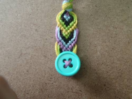 how to end /finish friendship bracelet with a button