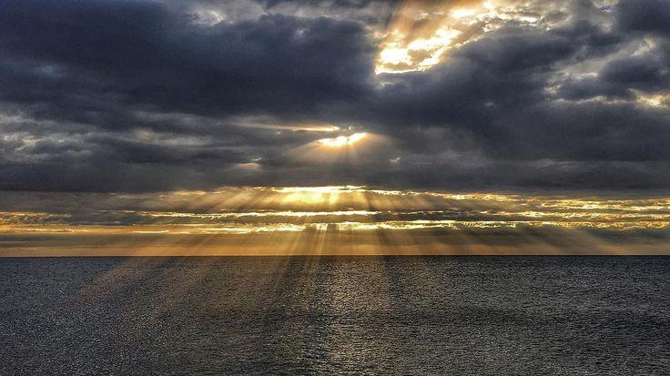 Sea & ligths . #sfxcentral #luisjardi #luis_jardi #sounds #sounddesigner #soundeffects #zoom #cubase #logic #logicprox #protools #waves #seawaves #nature #sun #beautiful