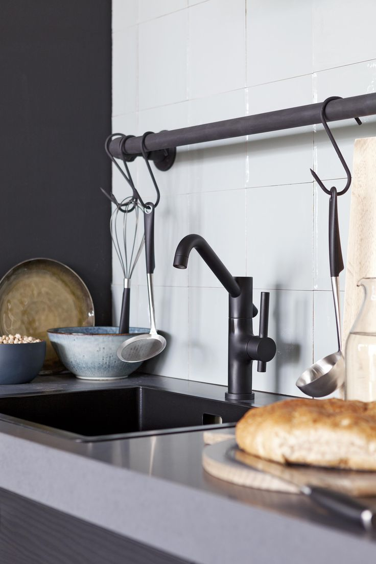 Stoere zwarte keukenkraan in donkere keuken met stijlvolle witte wandtegels - Grando keuken VT Wonen