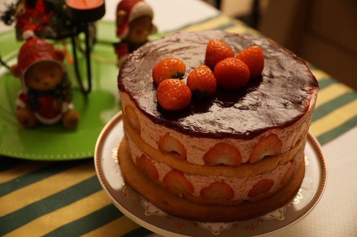 Dubbele aardbeibavaroise: Bavaroise met aardbei (en Italiaanse merengue) met vanillebiscuit op een krokant bodempje.