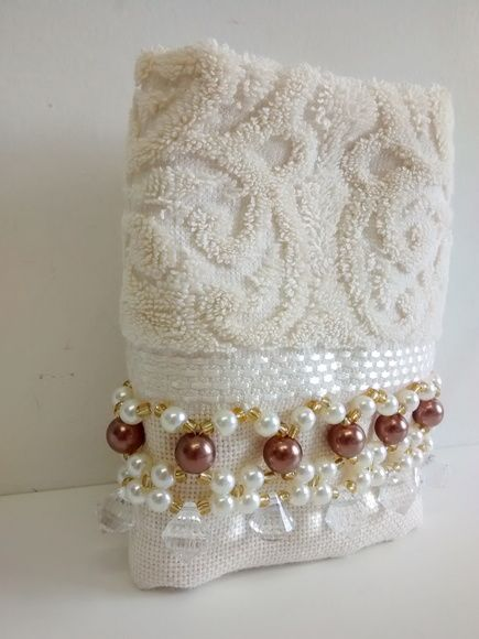 Toalha de mão (33 x 50 cm) em algodão, da marca Karsten,  Bordada com pérolas ABS, miçangas e acrílico.    Toalha na cor creme e Pérolas champagne.