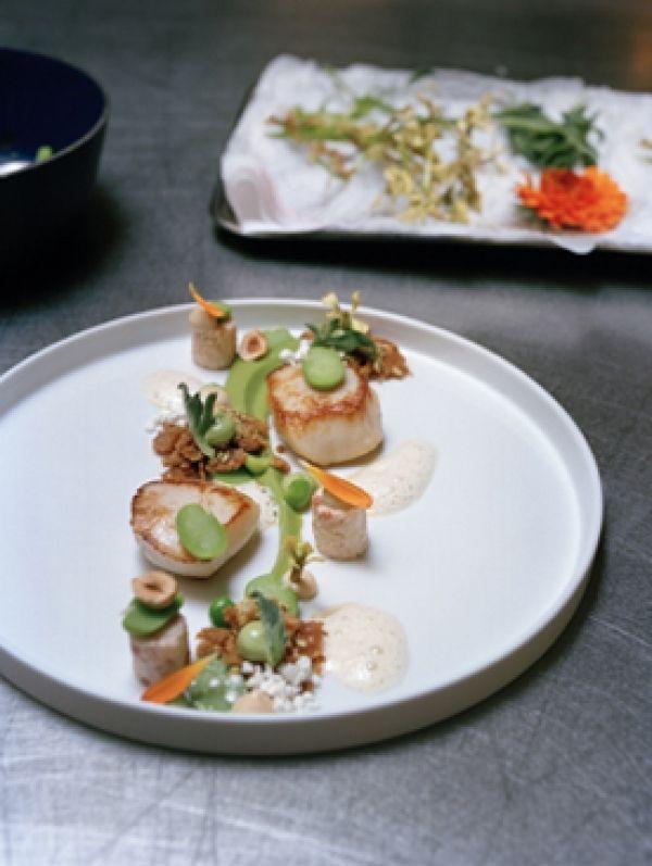 Coquilles met krabsalade, jonge peulvruchten, crumble, ajo blanco van hazelnoot en beurre noisette