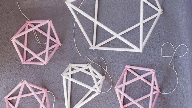 DIY: mobiel van rietjes in geometrische vormen roomed.nl/diy-mobiel-van-rietjes-in-geometrische-vormen/