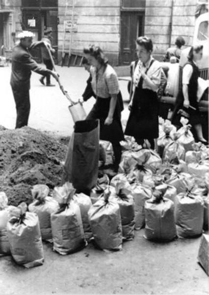 Filling of sand bags by civilian population in the courtyard of townhouse at ul. Moniuszki 11.