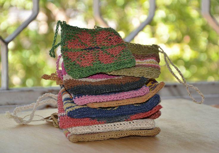 Monederos tejidos en chaguar, fibra natural con la que trabajan las artesanas wichí de Formosa, Argentina. Conocé más en nuestra tienda.