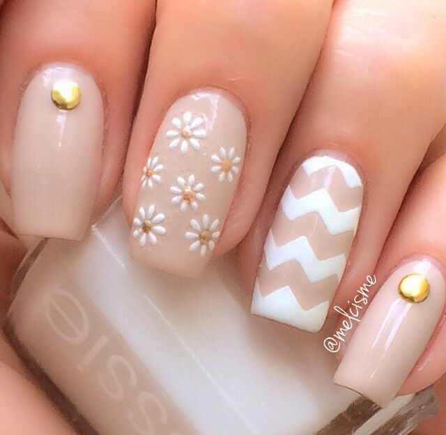 Daisy chevron neutral nails: