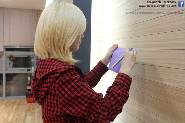 AOA Youkyung writing her new years resolution