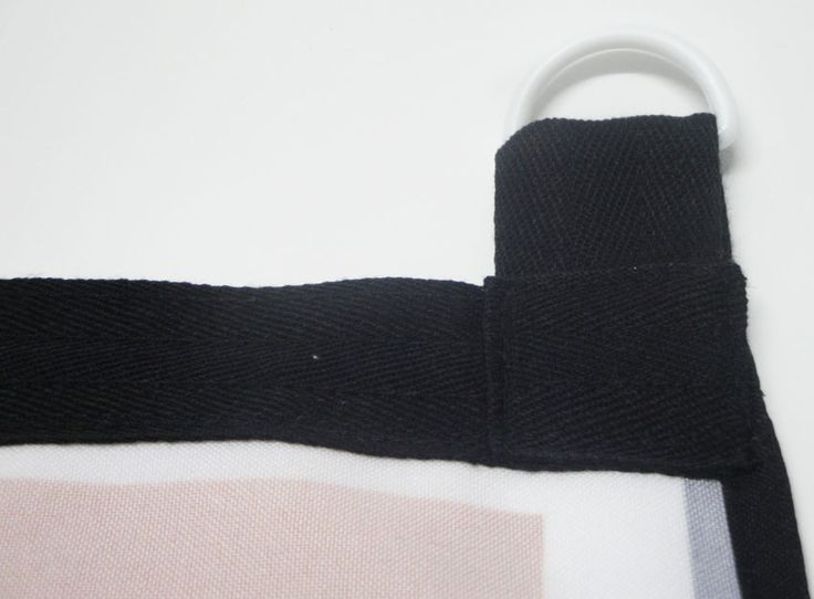 Imagen del reverso de la pancarta con el refuerzo para la parte superior, dnde se colocan las anillas de sujeción.