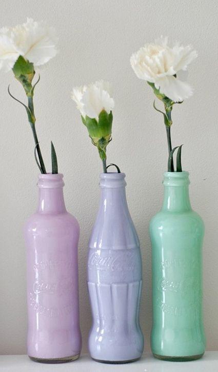 Algunas botellas vacías y pinturas de colores son los materiales que necesitarás para crear estos floreros minimalistas.