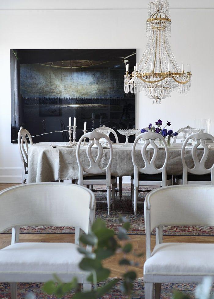 I matsalen syns fotokonst av den koreanska konstnären Hyun-Yin Kwak. Gustaviansk kristallkrona, stol...