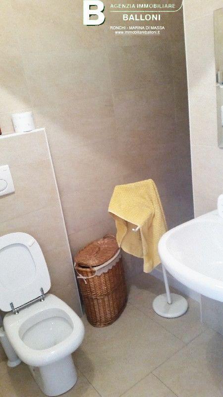 Seminuovo, in vendita appartamento Massa Carrara, nel centro di Quercioli, in piccolo condominio di recente costruzione.  Posto al primo piano, è composto da soggiorno con angolo cottura, due camere, bagno, due balconi e garage.  Prezzo trattabile  A146