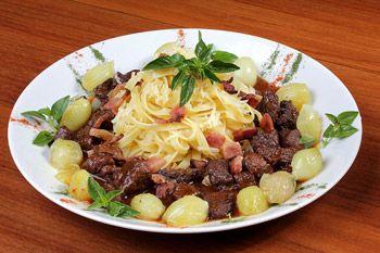 Receita de talharim com cubos de carne grelhados