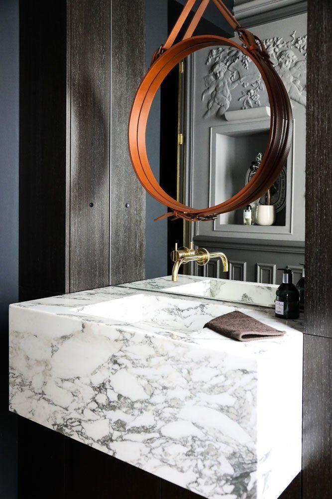 Salle de bains Evier en marbre Miroir cuir Appartement Paris David Chaplain et Alexandre Roussard