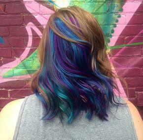 Depois da moda de descolorir os cabelos para que eles pareçam grisalhose de pintá-los com inspiração no arco-íris, uma nova onda invade as cabeleiras do Instagram. A moda agora é colorir os fios com todas as cores que você tem direito, inspirando-se nas penas de um pavão.  São os tons de azul, verde e roxos, comuns nas exuberantes pena...