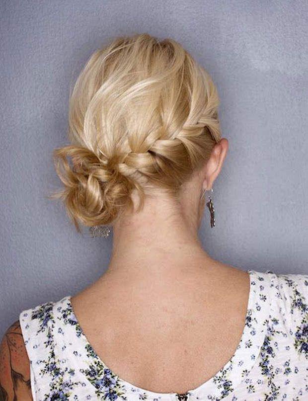 Un chignon tressé sur le côté On adore cette coiffure romantique, surtout si les cheveux son légèrement ondulés.