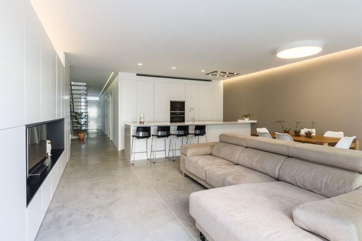 Salón escandinavo con suelo de hormigón en vivienda estilo nórdico - Chiralt Arquitectos Valencia