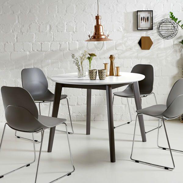 Der Runde Tisch Im Skandinavisch Inspirierten Design Passt Toll In