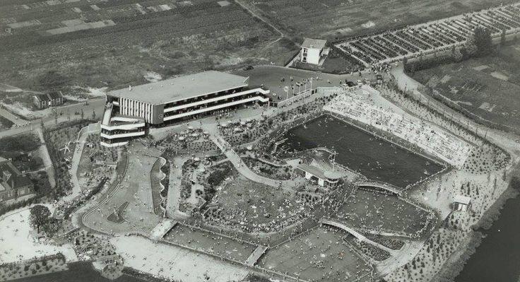 """Panoramafoto van Openluchtbad """"De Papiermolen"""" 1956."""