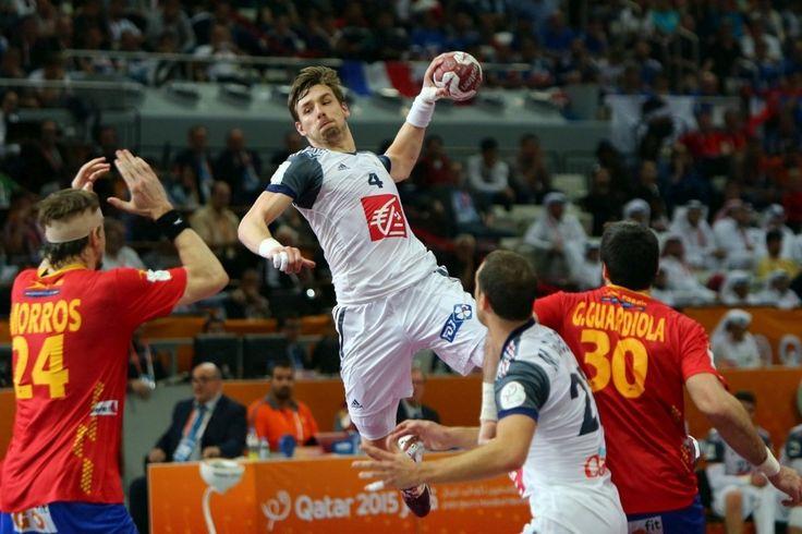 La France joue face à l'Espagne le 30 janvier 2015 pour la demi-finale du championnat mondial de handball masculin. Le joueur français, Xavier Barachet marque un but contre l'équipe adverse.
