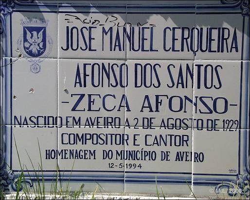 Zeca Afonso - Notas biográficas  José Manuel Cerqueira Afonso dos Santos (ZECA AFONSO) nasceu em Aveiro, a 2 de Agosto de 1929, filho dum magistrado e duma professora primária. A infância reparte-se entre Aveiro, Angola, Moçambique, Belmonte e Coimbra, devido às sucessivas deslocações profissionais do pai.  Em Coimbra, estudante do Liceu D. João III, conhece o guitarrista António Portugal e começa a interessar-se pela música.