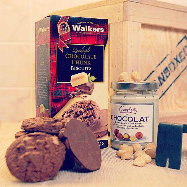 Čokoládové sušenky a bílý čokoládový krém s makadamovými oříšky - ta nejlepší kombinace! #chocolate #cookies #whitechocolate #nuts #nejlepsikombinace #milujemecokoladu #manboxeo