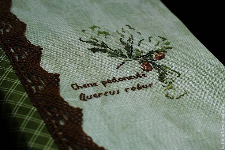 Купить или заказать Блокнот ручной работы 'Дубовые листья' в интернет-магазине на Ярмарке Мастеров. Блокнот выполнен полностью 'с нуля'. Вышивка выполнена по дизайну MTSA, знаменитого французского дизайнера. Для вышивки я использовала лен неравномерного окрашивания в зеленых тонах от Zveiguart , он как нельзя лучше подчеркивает всю акварельность вышивки! В дополнение к вышивке - американский хлопок с сочного зеленого цвета в элегантную белую клетку .