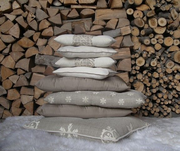 Cuscini tortora e bianchi - Colori tenui per i tessuti di arredamento per la montagna
