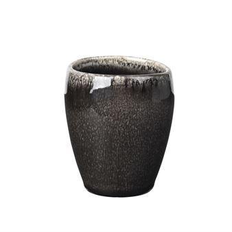 Disfruta de tu café espresso servido en la taza Nordic Coal de la marca danesa Broste Copenhagen. La taza de espresso forma parte de la vajilla Nordic Coal; una colección rústica hecha de cerámica de gres que se esmalta y se quema bajo tierra para conseguir su extraordinario acabado oscuro. Debido a este proceso de fabricación, cada taza para café espresso puede tener diferente apariencia y toque de color. ¡Combina la encantadora taza con otras piezas de la misma vajilla Nordic Coal o…