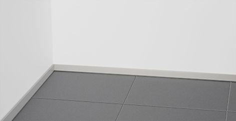 【新製品 後付けアルミ巾木・fitbase(フィットベース)】 最小限の巾木(はばき)を、より手軽に。 * 高さ25mmというサイズでインテリアの邪魔をせず、 最小限の機能で隠れた空間を演出する 「目立たないためのデザイン」のアルミ製巾木。 * ベースをタッカーで取付けられる「後付けタイプ」が 登場しました。 床の凹凸面の影響の受けにくく、あらゆる床や壁にも 対応可能。 * * fitbase(フィットベース) http://www.moritaalumi.co.jp/product/detail.php?id=36