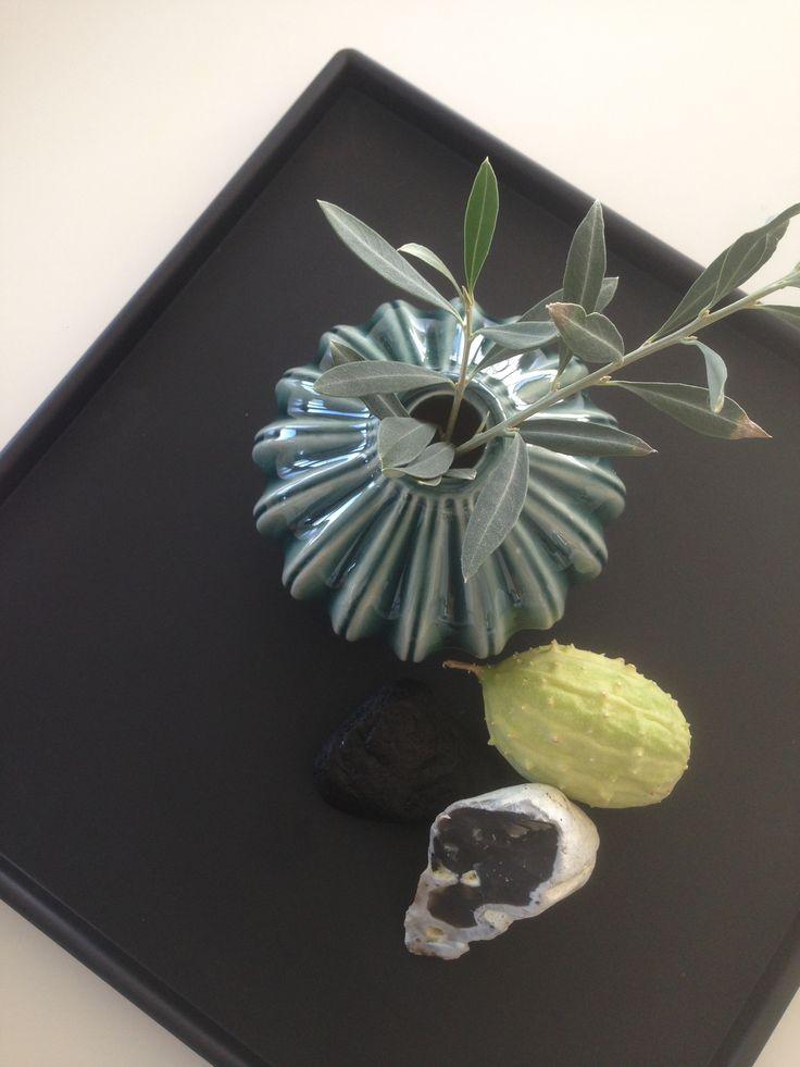 Strandsten, blade og frugter på kvadratisk SEJ Design bakke.