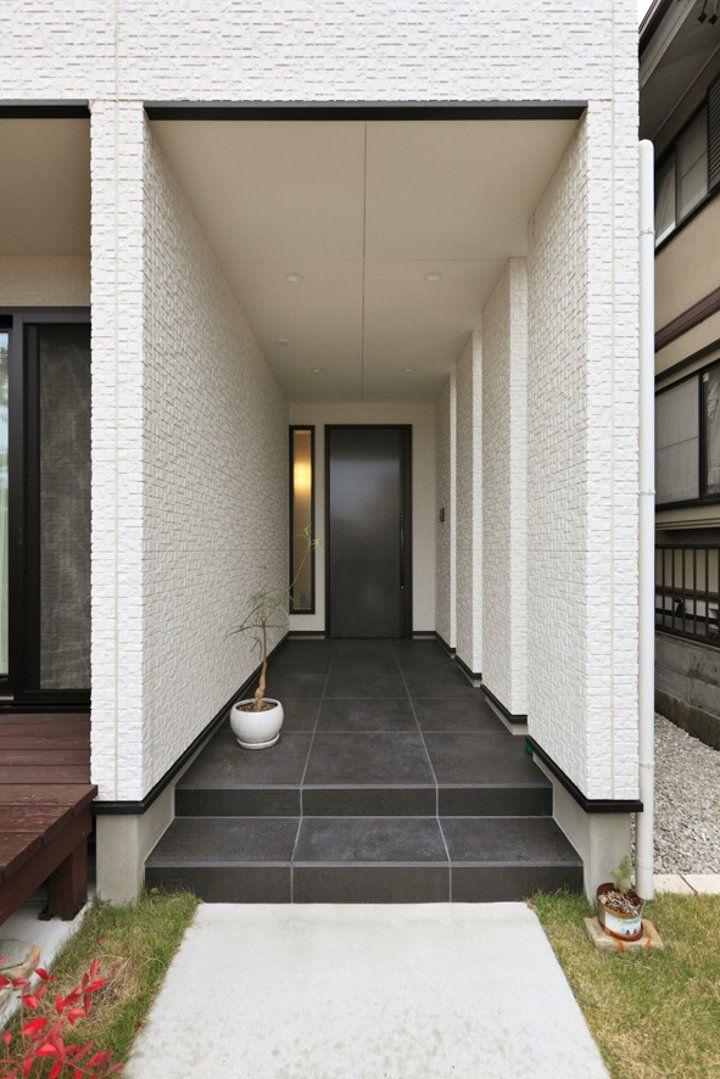 奥行きのある玄関ポーチ 東面の壁に等間隔の隙間を空けて明るさを確保
