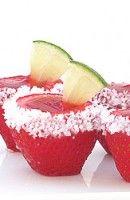 Recette Cocktail Strawberry Margarita Jell-O. Couper légèrement les bouts des fraises afin qu'elle se tiennent debout.  Videz les fraises avec un décortiquer, un...