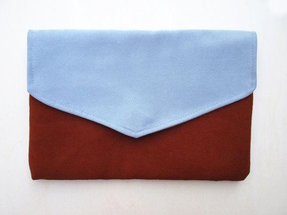 DUSTYBROWN BLUE CLUTCH. Lente collectie. Blauw, licht blauw & kastanjebruin. Magneetsluiting.