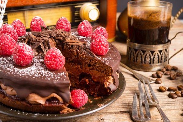 Шоколадный торт с малиной, ссылка на рецепт - https://recase.org/shokoladnyj-tort-s-malinoj/  #Выпечка #блюдо #кухня #пища #рецепты #кулинария #еда #блюда #food #cook