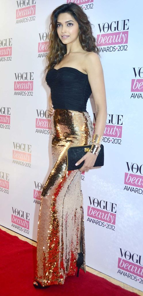 I want this as my prom dress :) Deepika looks like a vision in black and gold here. A true diva she is.