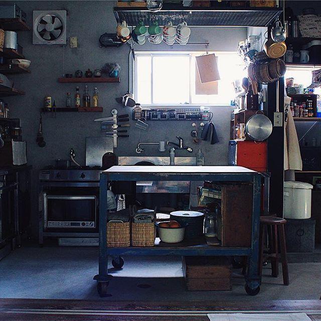 tami_73 on Instagram pinned by myThings ✎ #タナホーム ✎  マイナーチェンジ② 作業台が変わりました ちょっと小さくなって高さがちょうどいい高さに。 @70b_inc  で一目惚れ。 #どうにもこうにも一目惚れ #ロックオン 毎度のことながら、お求めやすいお値段で #70bantiques さまさまです✨ ✎  #台所#土間#平屋#暮らし #キッチン#作業台#アンティーク #DIY#リノベーション#ジャンク
