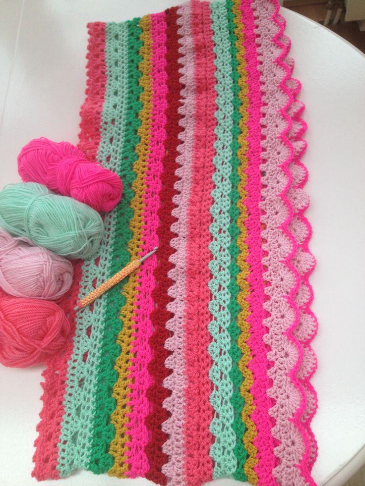 Crochet infinity scarf sjaal gehaakt met neon roze